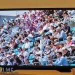 Eine Zuschauermenge. Jede einzelne Person ist erkennbar