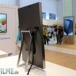 Samsung 4K Monitor auf dem mitgelieferten Stand