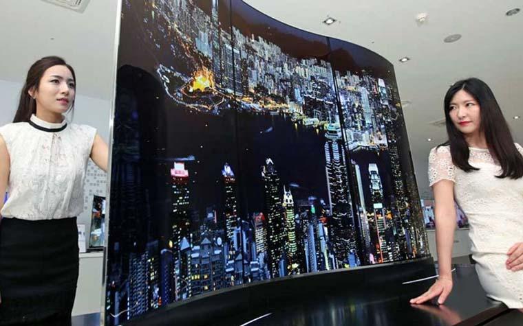 Gebogene 55 Zoll OLED Fernseher nebeneinander angeordnet