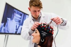 Eine Probandin wird ans EEG angeschlossen.