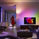 Der Philips 901F 4K OLED TV fügt sich perfekt in die kleine Wohnung von Hr. und Fr. Mustermann ein.