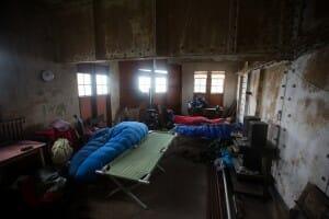 in-between-boundaries-geschlafen-wurde-auf-feldbetten-aus-alten-militaerbestaenden
