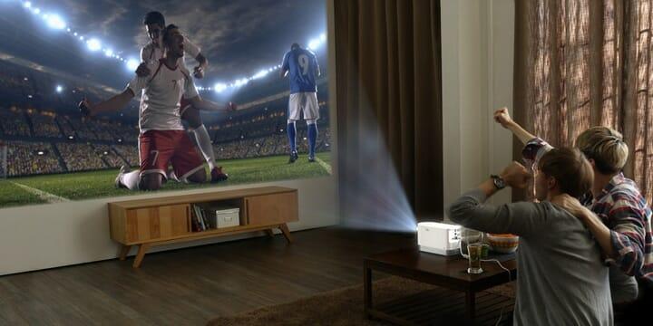LG Pro Beam Laser-Projektor in Aktion.: Einfache Bedienung, verschiedene Anschlussmöglichkeiten und eine Lichtleistung von bis zu 2.000 Lumen.