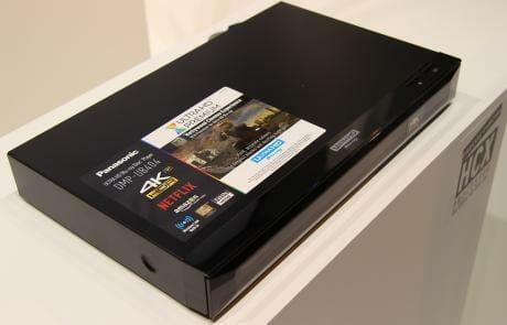 Der Panasonic DMP-UB404 ist etwas kompakter als seine Vorgänger, nutzt aber das gleiche Design mit transparenter Frontklappe