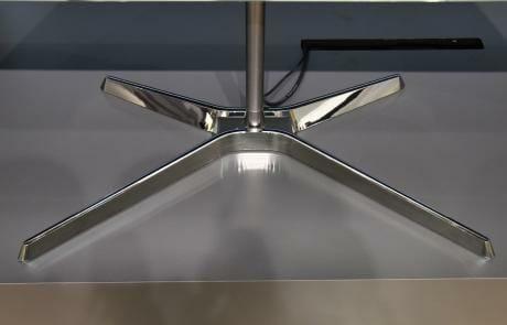 Der neue Standfuß erlaubt es den Nutzer den TV zu drehen und in der Höhe zu verstellen