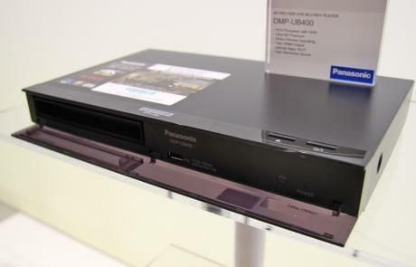 Hinter der Klappe (die sich beim Auswurf der Disc automatisch öffnet/schließt) versteckt sich da UHD-Blu-ray Laufwerk, ein USB-Eingang, der IR-Empfänger und eine Status-LED