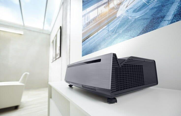 Auch das Design des Dell S718QL suggeriert den Einsatz im professionellen Bereich für Präsentationen oder Arbeitsgruppen.