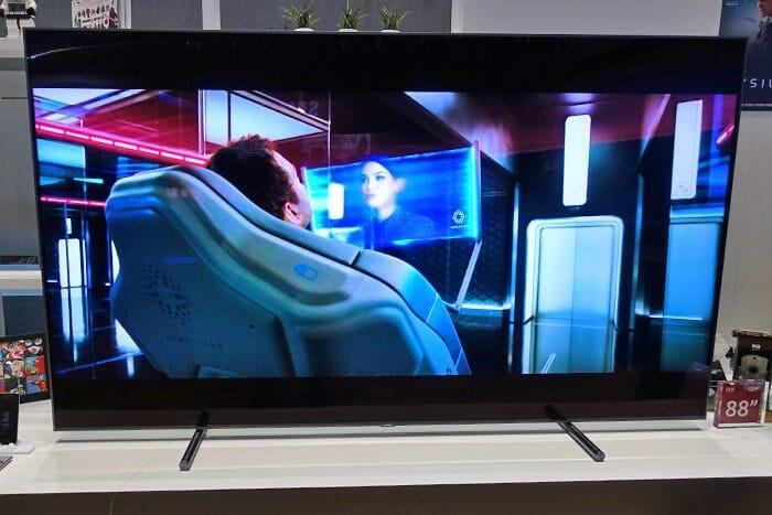 Dieses Entertainment Monster hört auf den Namen 88Q9F und bringt 223cm (Diagonale) pures TV-Vergnügen mit sich.