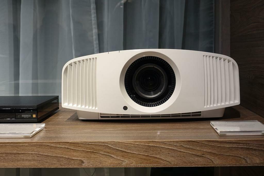 Mit rund 4.999 EUR ist der VPL-VW260 ES von Sony einer der günstigsten nativen 4K Projektoren (gibt es auch in schwarz)