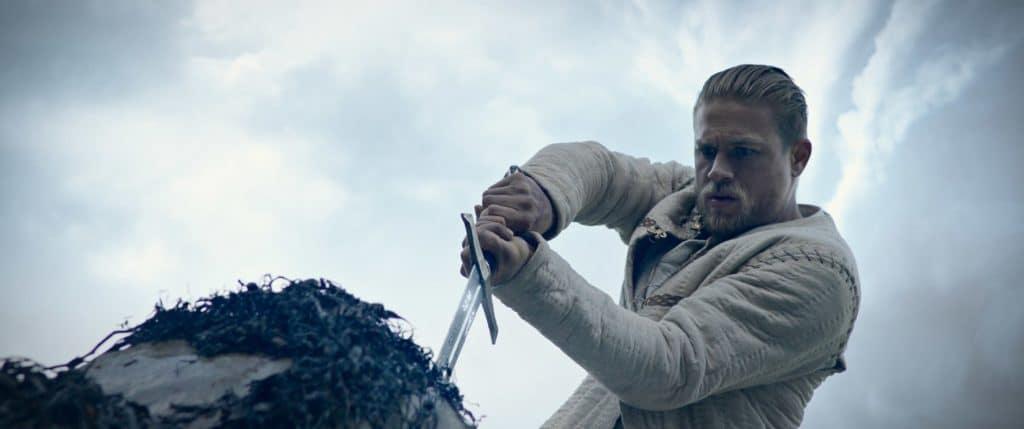 Arthur (Charlie Hunnam) zieht das Schwer Excalibur aus dem Stein und hat daraufhin Anspruch auf des Königs Thron