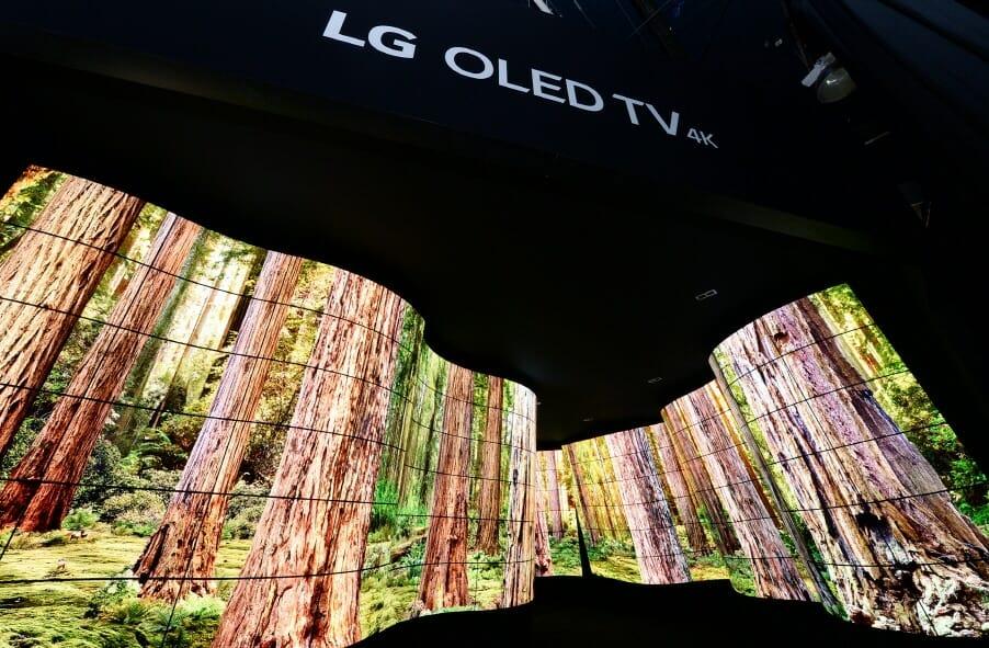 Verschiedene Natur-Szenarien werden von den 246 LG-Open-Frame-OLED-Displays dargestellt