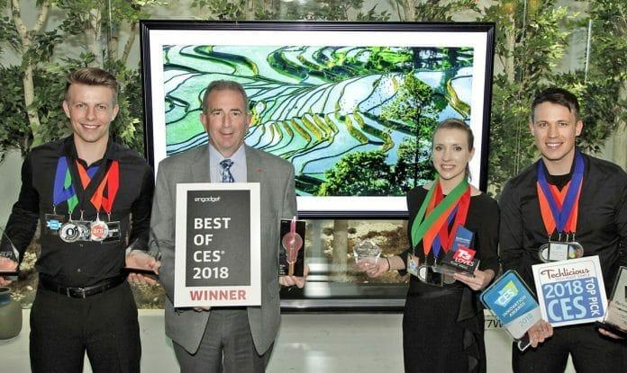 LG Verantwortliche präsentieren einen Teil der Auszeichnungen vor dem neuen W8 SIGNATURE OLED TV
