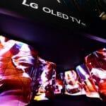"""Der erste Eindruck zählt und so begrüßt ein """"OLED-Canyon"""" die Fachbesucher auf dem LG CES-Messestand"""