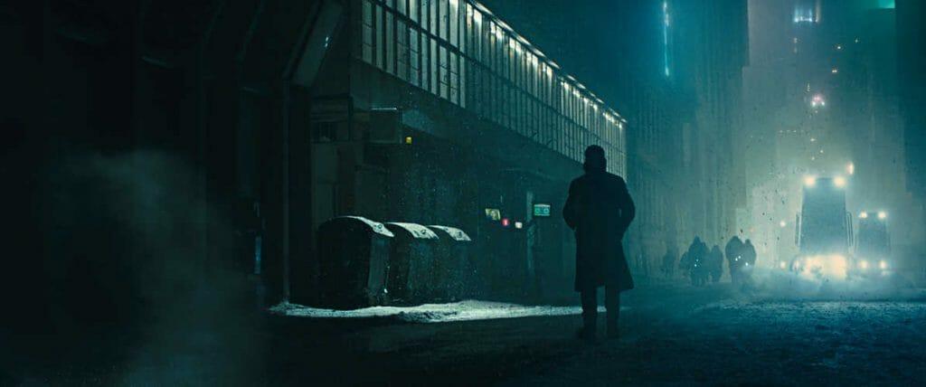 Die Cyberpunk-Welt wechselt oft von düsteren Gassen und Gebäuden hin zu einer Neon-schillernden Welt