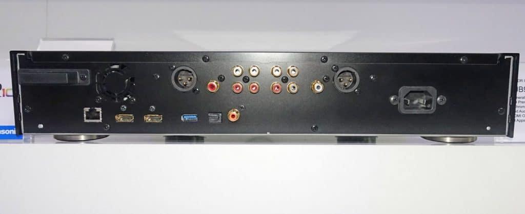 Die Rückseite des UB9000 präsentiert weitreichende Anschluss-Möglichkeiten inkl. Twin-HDMI, ausgewogenen analogen 2-Kanal XLR-Anschlüsse und analoge 7.1-Kanal Ausgänge (natürlich vergoldet)