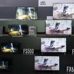 Die FXW604 & FXW654 Modelle gibt es in Größen von 40 bis 65 Zoll, hier neben Panasonics Full-HD Range