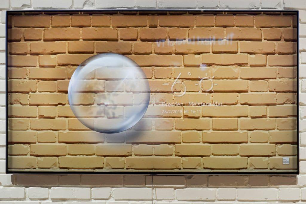 """Im """"Ambient Mode"""" verschmelzen QLED-TV und Umgebung, oder es werden persönliche Fotos, Kunstwerke, Nachrichten oder Infos (Wetter, Temperatur...) angezeigt"""