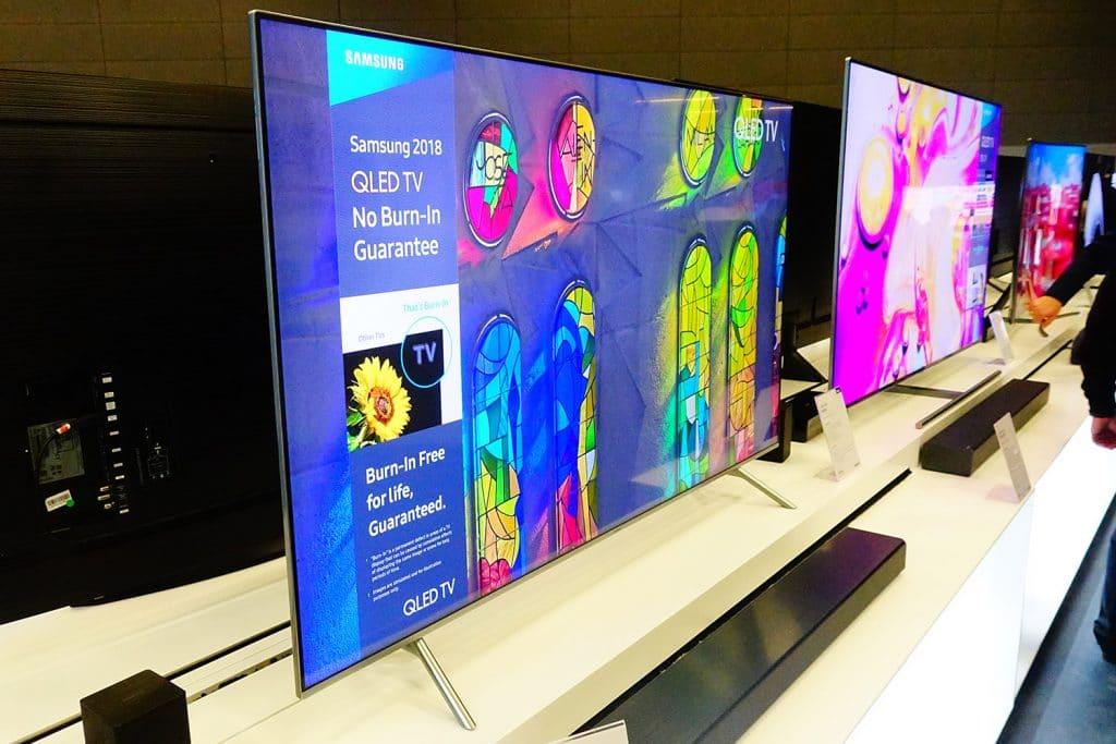 """Der Blickwinkel wurde mit dem """"Ultra Black""""-Filter und """"Q Viewing Angle"""" weiter verbessert. Aus extremem Blickwinkeln bleibt der Q6FN aber innerhalb der Möglichkeiten eines LCD-TVs"""