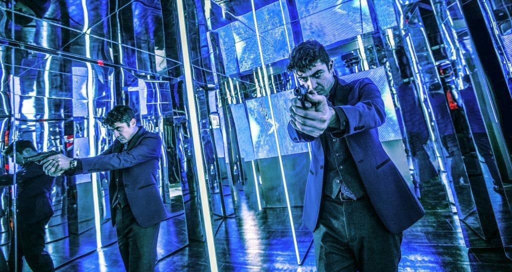Santiano D'Antonio in der Kunstinstallation aus Spiegeln die eindrucksvolle Lichtspiele zulässt