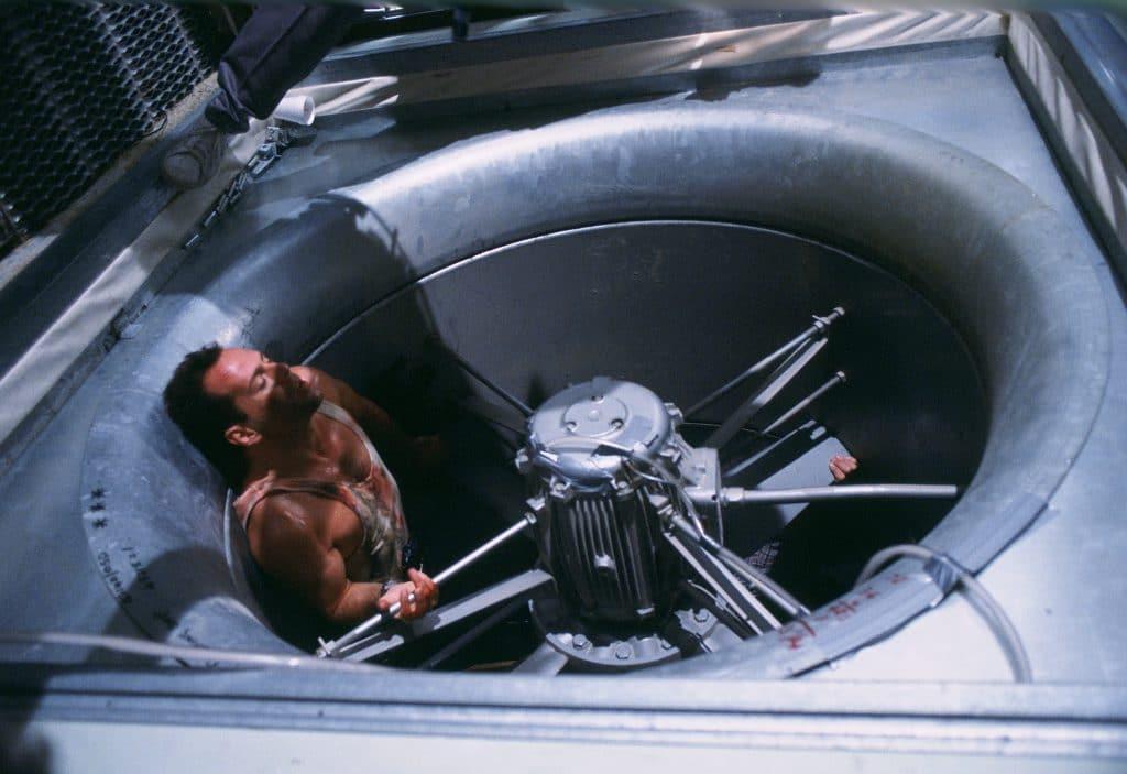 """Bruce Willis bei den Dreharbeiten. Hier wird gerade die bekannte """"Ventilatoren-Szene"""" gedreht"""
