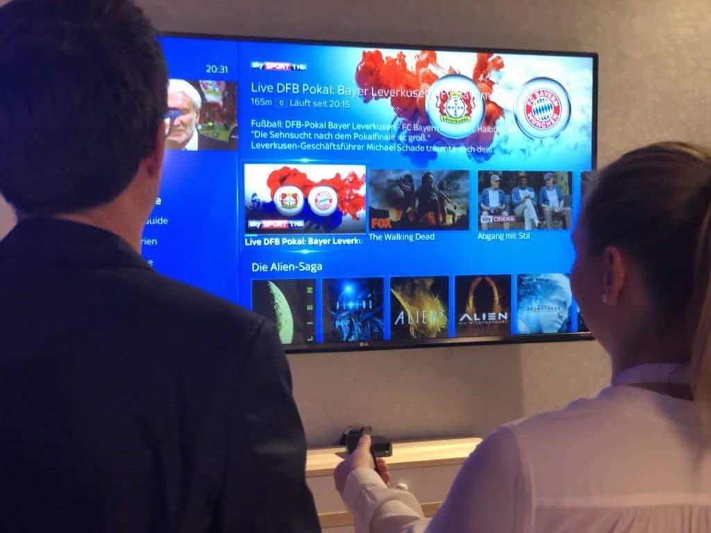 Auf Live oder On-Demand-Inhalte kann von bis zu 5 Geräten zugegriffen werden. Hier wird das Feature wohl an einem Apple TV präsentiert