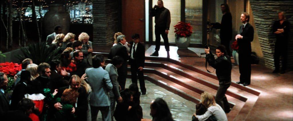 """Bösewicht Hans Gruber (Alan Rickman) erklärt den Geiseln """"den Ablauf"""""""