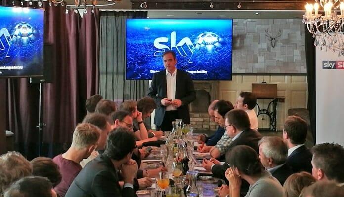 CEO Carsten Schmidt erklärt den Pressevertretern persönlich die Vertriebsphilosophie hinter der kommenden UEFA Champions League
