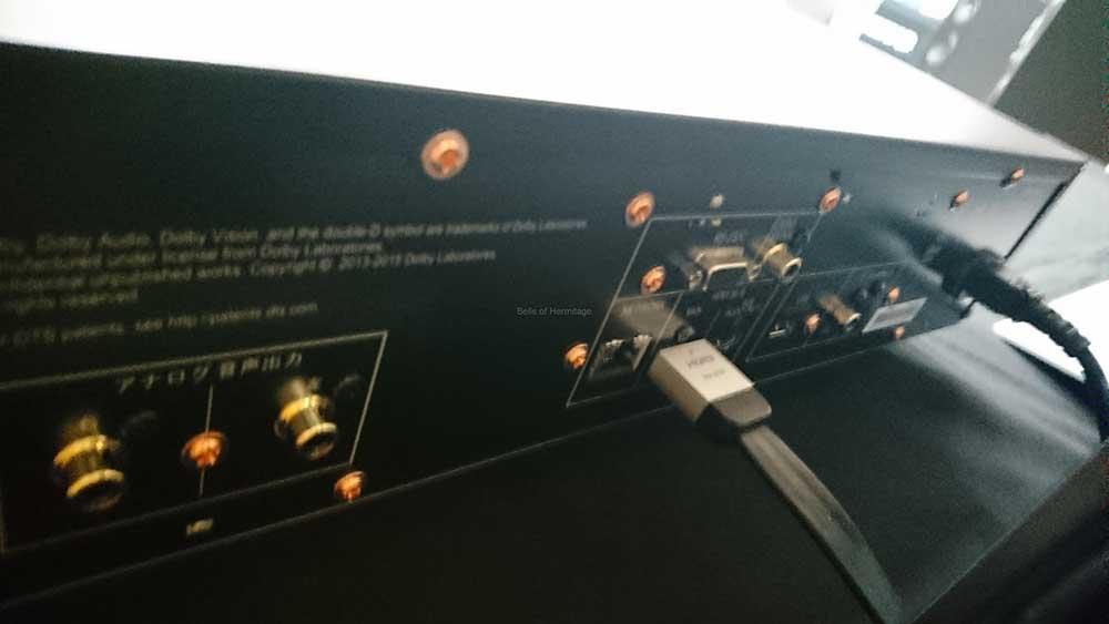 Ein Twin-HDMI-Ausgang, USB, optisch-digitaler Audio-Ausgang sowie eine separierte analoge Stereo-Sektion begrüßt uns auf der Rückseite des UDP-LX500. Zudem ein Ethernet-Anschluss (Wifi gibt es leider nicht)