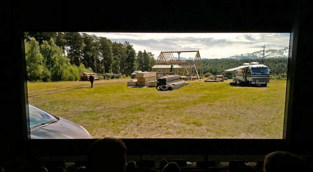 """Nicht die spannendste Szene aus """"Jurassic World: Das gefallene Königreich"""". Die Szene zeigt jedoch sehr viele Details, Farbverläufe und einen hohen Kontrast. Man beachte, dass der helle Himmel nicht """"ausblutet"""" sondern die Wolken schön durchgezeichnet werden"""