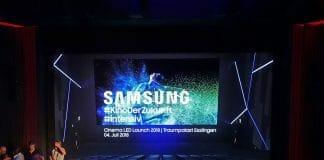 """Unser erster Gedanke zum Samsung Cinema LED Display war:""""Der ist aber klein"""". Bis wir merkten, dass die Wände, Neon-Lichter und Stühle Teil des Bildes waren"""