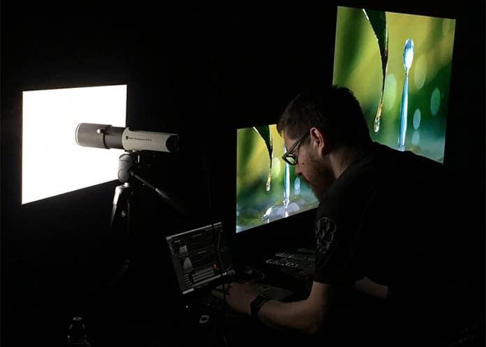 Tyler Pruitt von Portal Display kalibriert die TV-Geräte mit SpectraCal by CalMan