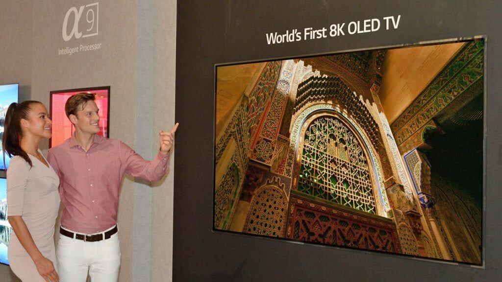 Strahlen um die Wette: LGs 8K OLED in 88 Zoll und zwei Mitarbeiter von LG