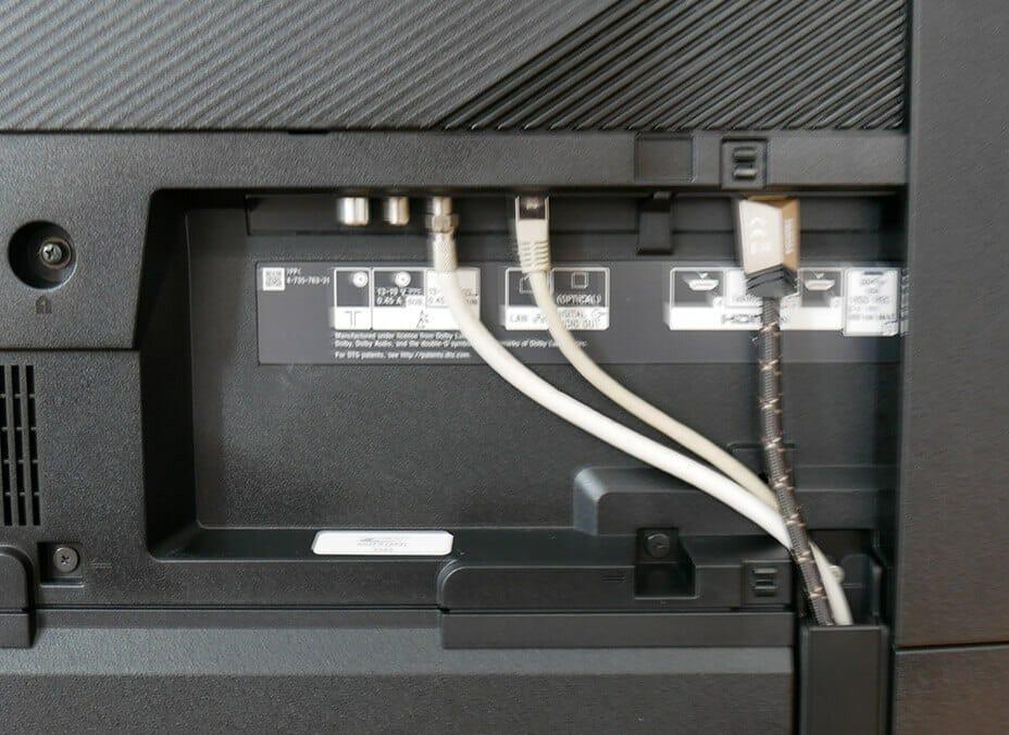 Auf der Rückseite finden wir vier HDMI-Anschlüsse (einer mit eARC), einen optischen Audio-Ausgang, Ethernet und Anschlüsse für Kabel und den Twin-Satelliten Tuner vor. Auch ein CI+ Slot ist vorhanden. Wifi und WLAN ist mit an Bord