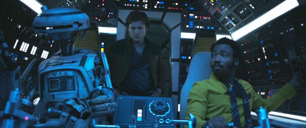 Von links: L3-37, Han Solo (Alden Ehrenreich) und Lando Calrissian (Donald Glover).