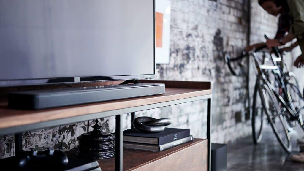 Der Bose Soundbar 500 ist etwas kompakter als der 700er. Das Modell ist auch nur in Schwarz erhältlich. Den Soundbar 700 gibt es hingegen in Schwarz und Silber