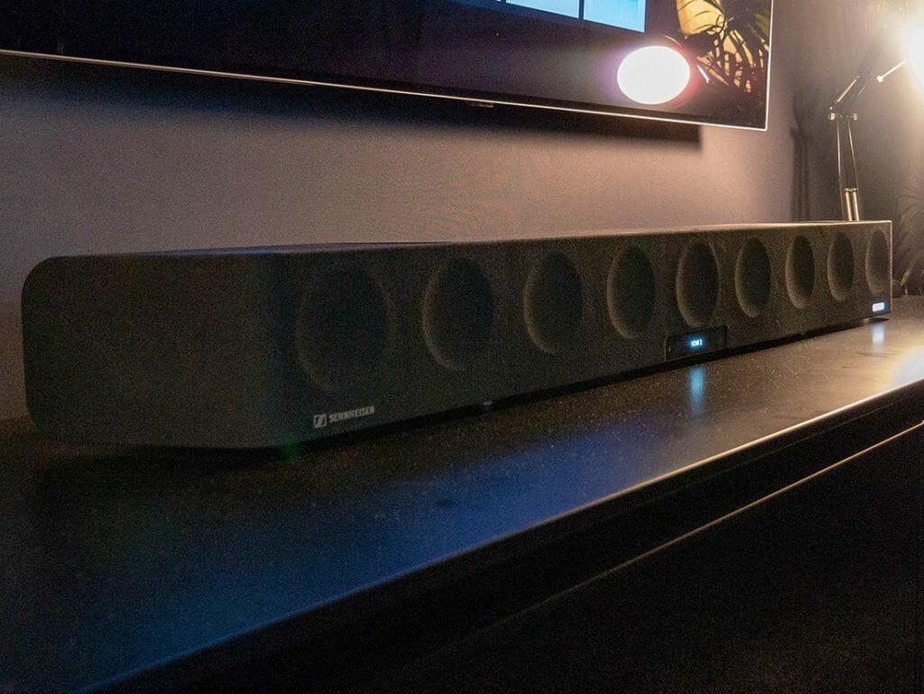 Alles in einem: Der AMBEO-Soundbar ist ein 5.1.4 Soundbar mit Dolby Atmos, DTS:X und MPEG-H Unterstützung. Der Formfaktor ist doch recht groß, dafür überzeugt der Klang!