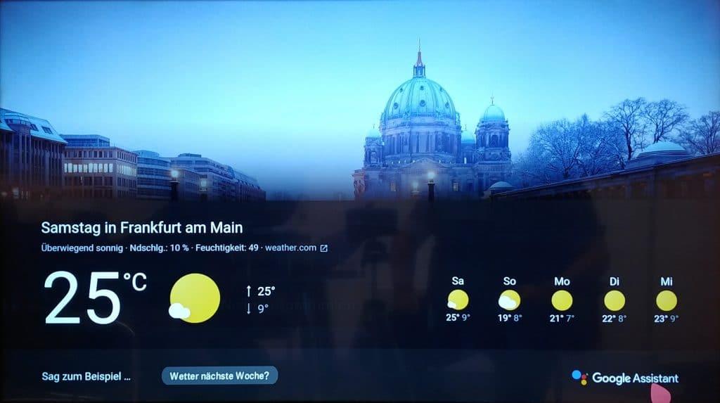 Die Informationen werden vom Google Assistant nicht nur auf dem Bildschirm angezeigt, sondern auch vorgelesen.