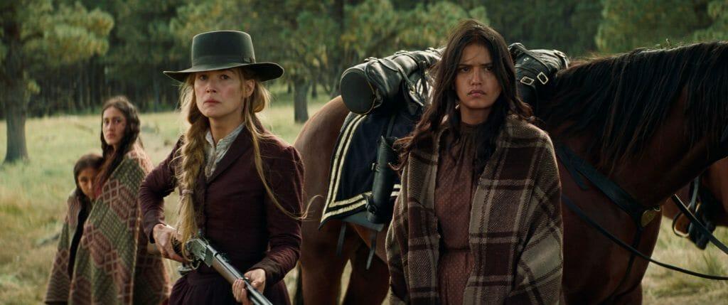 Auch Rosalee Quaid (Rosamund Pike) hat nicht mehr viel zu verlieren, nachdem ihre ganze Familie von Komantschen umgebracht wurde