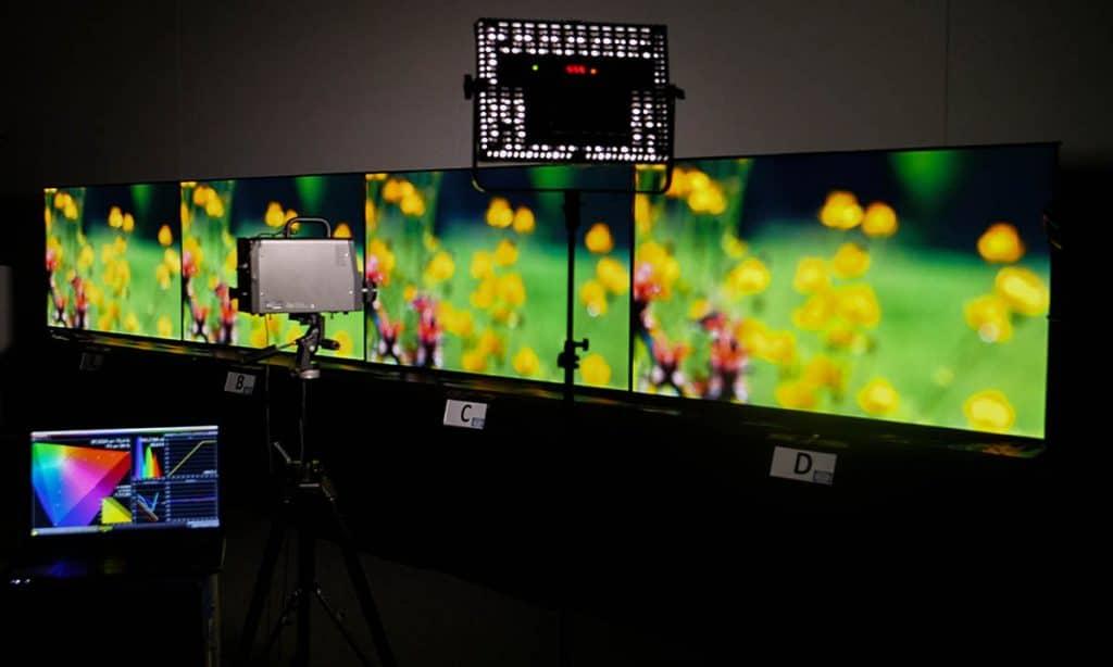 Bereit für den Blindtest: Die kalibrierten OLED-TVs Philips OLED+ 903, Panasonic FZW803, LG C8 und Sony AF9 || Bildquelle: © WEKA MEDIA PUBLISHING
