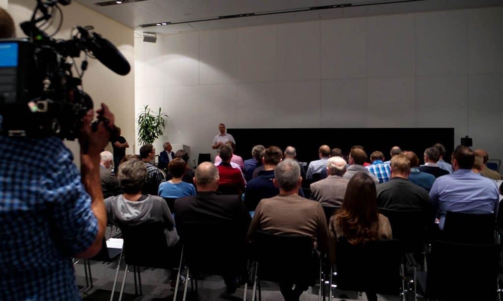 Reges Interesse. 35 Leser und Leserinnen fanden sich in der BMW Welt in München zum OLED-Shootout zusammen und bildeten die Jury || Bildquelle: © WEKA MEDIA PUBLISHING