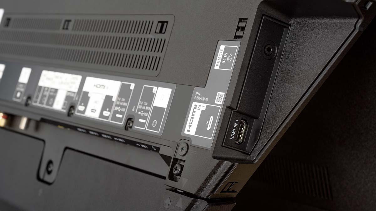 Ein paar zusätzliche, leicht zugänglichere Anschlüsse an der Seite hätten uns besser gefallen. Alle Ports bis auf HDMI 1 sind nach unten ausgerichtet