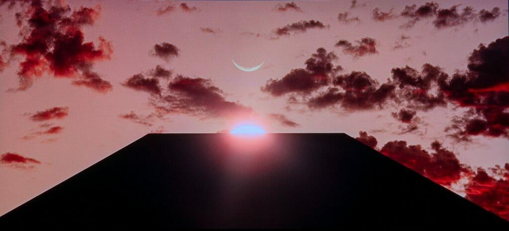 Der schwarze Monolith im Zenith mit Sonne und Mond