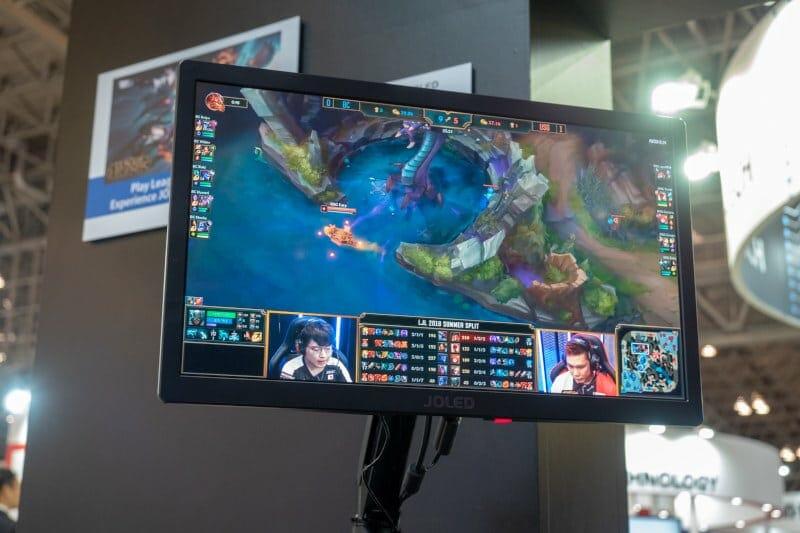 Ein Full HD OLED Gaming-Monitor. Die schnellen Schaltzeiten der OLED-Pixel bieten einen Vorteil gegenüber LCD-Displays