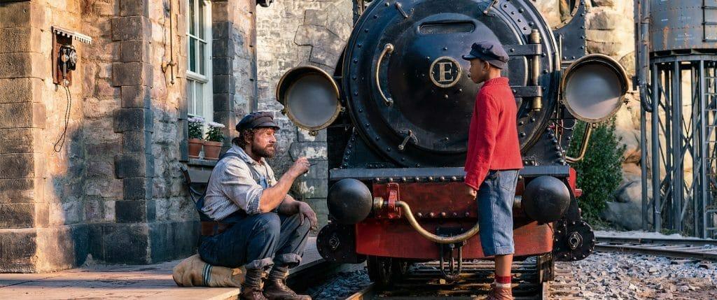 Lukas und Jim Knopf (Solomon Gordon) gönnen der Lokomotive Emma eine Pause