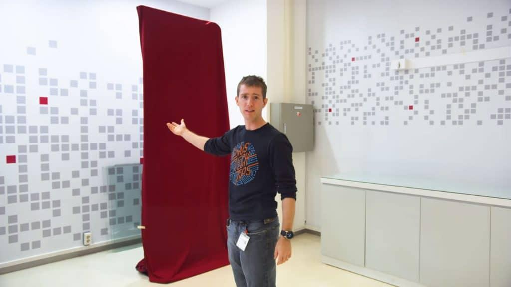 In einem von LG gesponsorten Video von Linustechtips ist kurz ein verhülltes Modell zu sehen. Bei dem Aufbau könnte es sich um den rotierenden OLED-TV im Hochkant-Modus handeln.