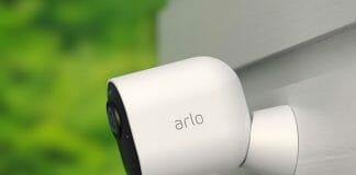 Die Arlo Ultra 4K HDR Überwachungskamera eignet sich dank Nachtsicht für Einsätze im Haus oder Draußen