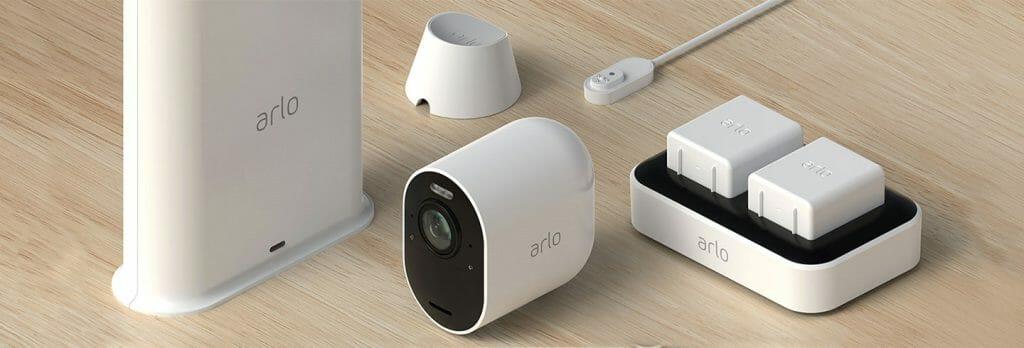Die Arlo Ultra kommt mit Smart Hub Aufnahmestation, Halterung, extra Akkus und Ladestation