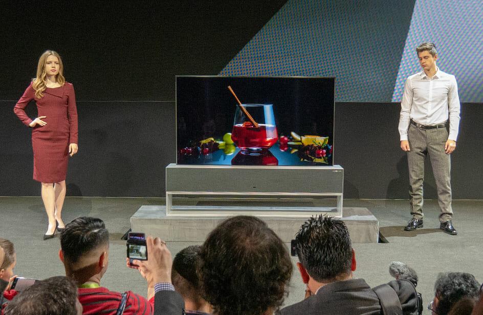 """Beim Thema """"Design"""" darf der aufrollbare OLED TV """"65R9"""" nicht unerwähnt bleiben"""