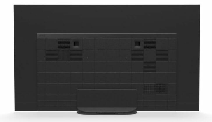 Auf der Rückseite des AG9 OLED TV sind die Aussparungen für die Wandhalterung sowie die zwei Subwoofer gut erkennbar. Die Anschlüsse befinden sich in dieser Ansicht rechts