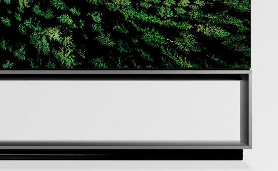 Der Standfuß des Z9 8K OLED erinnert an ein TV-Möbel. Darunter scheint nochmals ein Lautsprecher-Element verbaut zu sein